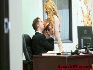Secretaria loirinha fazendo a alegria do patrão