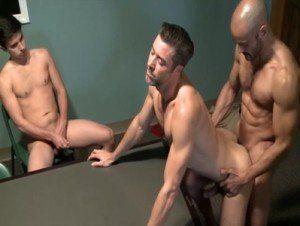 Image Novinho sentiu prazer em ver dois machos fodendo