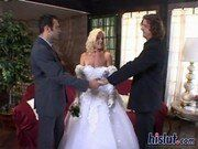 Padrinhos dividindo a noiva