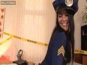 Policial safada dando na cena do crime