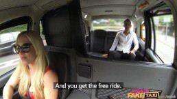 Taxista safada trepando com o cliente