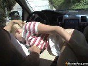 Boquete no carro enquanto ele pilota