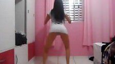 Novinha dançando funk de sainha curta