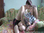 Casal de jovens metendo