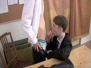 Colegas safadinhos trepando na sala de aula num sexo gay