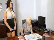 Abusando da funcionária gostosa no sexo a três