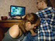 Pagando boquete pro namorado enquanto ele joga online