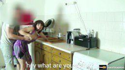 Pegou a mãe do amigo de surpresa na cozinha