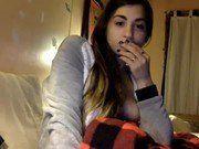 Peituda gostosa morena deliciosa de quatro na webcam