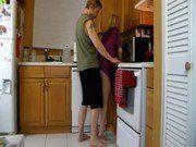 Quando a tia esta vulnerável na cozinha a espera de sexo