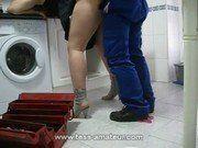 Encanador dando um trato na dona de casa