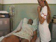 Enfermeira sapeca chupando a pica do enfermo