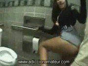 Sexo dentro do banheiro do shopping