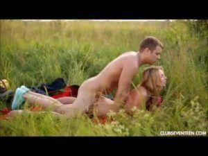 Fodendo a namorada no meio do mato