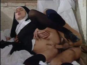 Socando a pica na boceta da freira