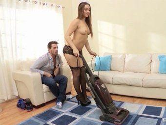 Empregada safadinha exibindo o corpo pro patrão