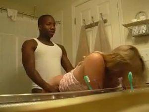 Bombando a mulher do amigo escondido no banheiro