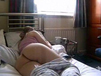 Gostosa deitada sem calcinha pra excitar o amado