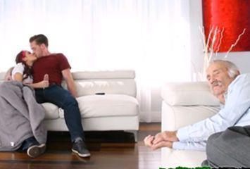 Chupando o namorado enquanto o vovô dorme