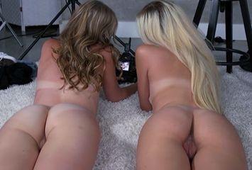 Gostosas vendo o pornô que acabaram de filmar