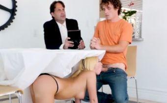 Chupando namorado enquanto ele confessa pro padre