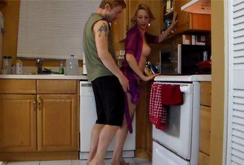 Sobrinho fodeu a tia safada na cozinha