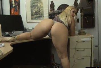 Secretária vagabunda com patrão de sorte no porno amador