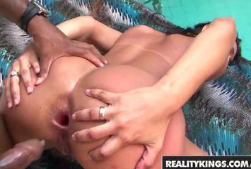 Porno brasileiro com Alessandra Lins dando o cu de quatro