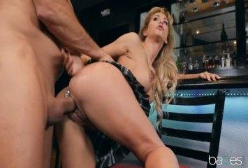 Loira experiente fazendo sexo no bar