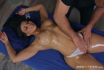 Deixando a morena excitada na massagem