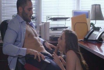 Patrão recebendo um boquete da secretária safada