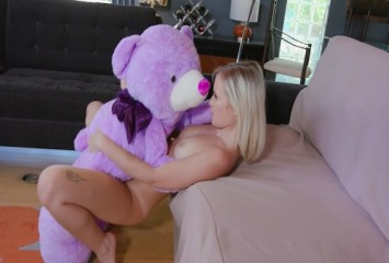 Gata sapeca treinando sexo com o urso de pelúcia e praticando com o amigo