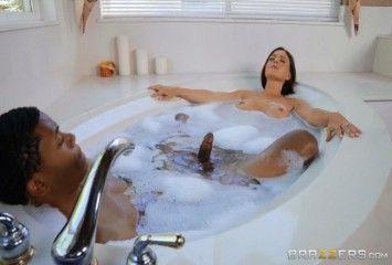 Madrasta foi tomar banho com o enteado e rolou putaria