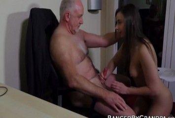 Novinha fazendo sexo com patrão de 50 anos