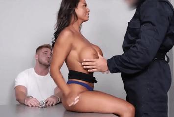 Mulher gostosa de traficante fez um acordo sacana com a polícia e deu a bucetinha para ser solta