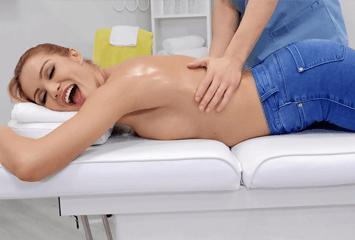 Ruivinha gostosa ficou com tesão durante a massagem e pediu para o massagista descer a piroca na xaninha dela