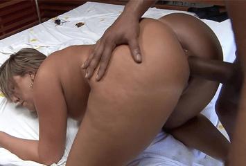 Alessandra Maia coroa que adora um novinho marcou foda no motel e o tarado desceu a pica na tarada que pede por mais